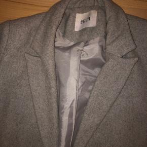 Jakken er brugt i en periode, men ikke det sidste stykke tid. Den er stadig i meget god stand. Super lækker jakke! Størrelsen er S, men den sidder nogenlunde løst på mig. Kom med bud. Jeg er villig til at forhandle!