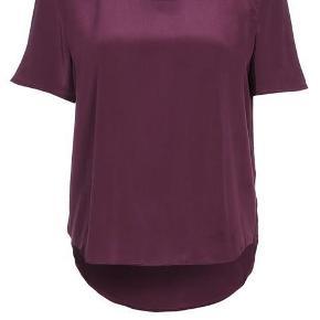 Varetype: t-shirt silke wine bordeaux Farve: Bordeaux  Sælger denne flotte t-shirt i silke.  Den sælges for 100 + porto eller kan afhentes på Østerbro :-)