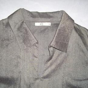 Varetype: Silke Bluse Farve: Grågrøn  Helt enkel silke bluse.  Brystvidde 2x51cm, længde 54cm  100% silke