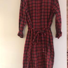 Boii Studios kjole med tern. Brugt få gange. Afhentes i Århus C eller sendes med DAO på købers regning.