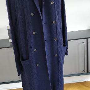 Flot og lækker kvalitet langt cardigan aldrig brugt.100% casmir Lukker med knapper foran, der en lomme oppe og 2 stk på sider. Længden 99 cm. kan bruges som en strik frakke.