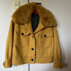 Charlie Jacket i gul fra Meotine i str. M/L.  Kun brugt få gange.  Pelskraven kan tages af.  Nypris: 2000 kr.