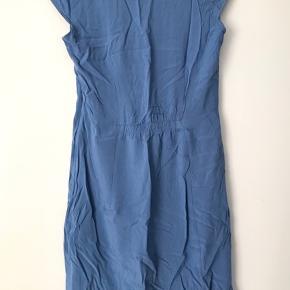 Ubrugt kjole i perfekt stand. Den kommer fra et røgfrit hjem.