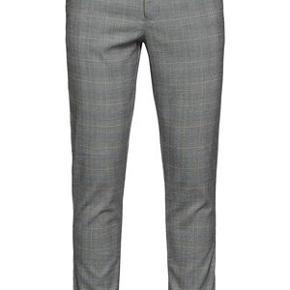 *Bemærk størrelse 34*  Disse slanke bukser fra Samsoe & Samsoe er skåret af et grafisk tjekket stof, vævet med ekstra stretch for en fleksibel pasform.   Frankie Pants 10827 Style: M19104167 B