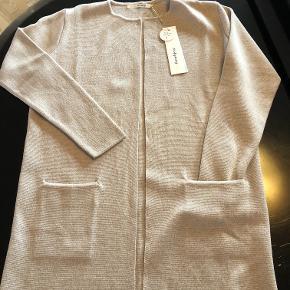 Lækker cardigan - 50% Marino wool og 50% Acrylic, helt ny, klassisk, enkelt og flot.