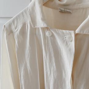 Smukkeste perlemorsfarvede vintage skjorte i bomuld og silke. Sidder fantastisk, sælges kun fordi jeg ikke får den brugt.   Kan afhentes på Frederiksberg eller Østerbro 🌞 Tjek også mine andre annoncer - jeg sælger tøj fra COS, Uniqlo, Custommade, Adidas, Bally m.m.