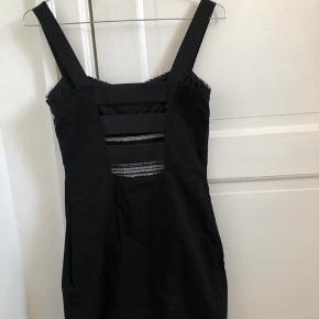 På alle mine tøj og sko kører jeg mængderabat!  3 for 2, 6 for 4 eller 8 for 5. (De billigste gratis) 💥  Sød kjole fra H&M, str. 38. Se billede 3 for billede med den på.   Den er brugt meget få gange. Måske 2-3 gange - og er vasket derefter. Den står derfor meget fin.  Kjolen kan hentes ved min adresse på Amager 🏠 ellers sender jeg også gerne med DAO gennem appen her. 📦