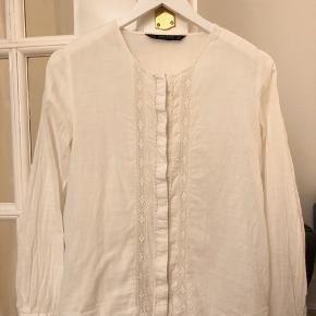 Sød skjorte fra Zara med blonder. Skriv endelig for flere billeder:)