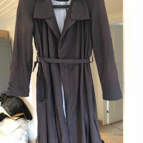 Varetype: Frakke Farve: Mørkeblå Prisen angivet er inklusiv forsendelse.  Lækker frakke med tyndt foer - ingen knapper men lukkes med bindebånd i siden - se foto  Lækker bød i stoffet, perfekt som sommer frakke Svært at gengive farven rigtigt men den er mørkeblå, farven på sidste billede passer bedst til hbilken farve den har