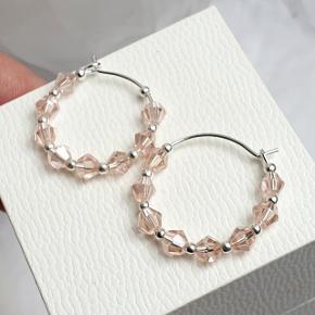 Hjemmelavede øreringe med små koniske krystaller og sølvkugler, på nikkelfri hoops, diameter 2 cm.  Fast pris. Æske kan tilkøbes for 5 kr.  Se også mine andre annoncer med smykker 🧚♀️