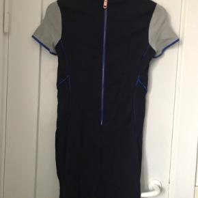 Næsten ikke brugt blå/grå mønstret kjole fra Tommy Hilfiger. Stretchy (4% elastan), kort samt korte ærmer og lang lynlås bagpå.  Sender ikke - alt kan hentes på Emdrup St. i København.