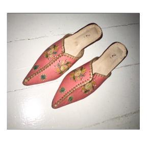 Fineste snabelsko fra marroco. Snoren på den ene snude er gået lidt op, kan sende billeder af det også har hælen en flænge, men den ses ikke, når skoen bæres. ellers rigtig fin stand, kun brugt 1,5 dag. Nypris 600, str 39,40. Byd