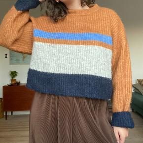 Sweater fra Envii. Str. S/M   Kan afhentes i Odense C eller sendes med DAO. Bud er velkomne.