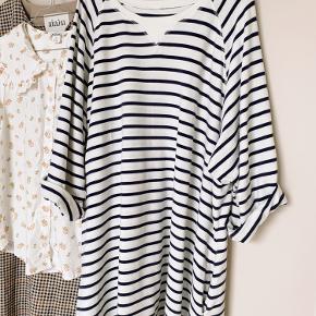 Super fin og populær kjole fra Moshi Moshi Mind. Kjolen er købt herover og i super fin stand. Vasket et par gange ifølge tidligere sælger.   Bytter ikke.