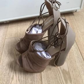 Høje sko fra Boohoo. Aldrig brugt.