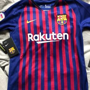 Fejler intet, købt i Barcelona i maj måned. Sælges da min nevø ikke kan passe den, da det var en gave. Jeg fik også printet navn på en fodboldspiller hvilket automatisk gør at den blev dyrere i prisen. Størrelsen er 10-12 år.