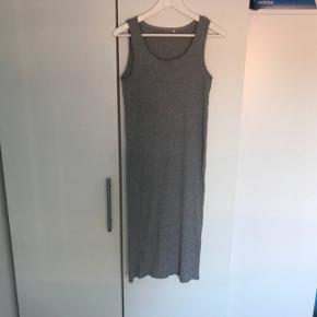 Kjolen er en S størrelsen er stor så fitter M og L da der er meget stræk i, hvis den skal sidde stramt Se billed 2 - lille bitte hul som på man på ingen måde kan se når man har kjolen på. Fra røgfri hjem og dyrefrit. Kan sendes med dao for 37kr - jeg er 162 og kjolen slutter på midt skinneben, så den er lang. :)  En s kan godt passe den, så sidder den bare ikke helt til :)