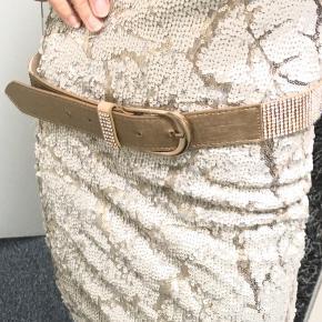 BRUGT 1 gang uden på skjorte som pynte bælte. Str. 95cm kan ikke forkortes. Kun 100,- uden fragt (ny pris 298,- )