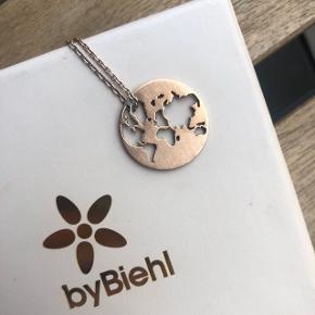ByBiehl Beautiful World halskæde i roseguld/rosegold.  Lidt slitage hvor kæden sidder, ellers fin stand.   Original kæde og æske.