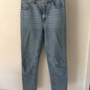 Mom / boyfriend jeans fra Monki i str. 29. Uden stræk.