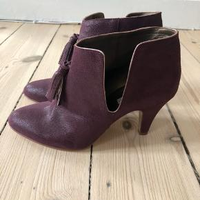 Fineste støvler -aldrig brugt (stadig med beskyttelsesfilm på sålerne). Købt hos Patricia Blanchet i Paris.  Hælhøjde ca. 7 cm. Æske medfølger.  Bytter ikke, men bud er velkomne.