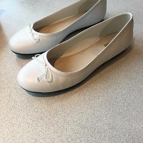 Hvide ballarina sko fra Vagabond. Str 37. Kun brugt til min konfirmation, og skoene er derfor i næsten ubrugt stand. Nypris er 600 kr. Original kasse medfølger.