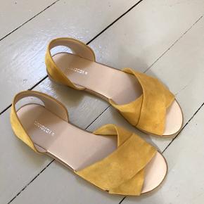 Helt nye sandaler fra H&M i blød imiteret ruskind og lækker gummisål. De er aldrig taget i brug.  Str. 38   Købt denne sommer.