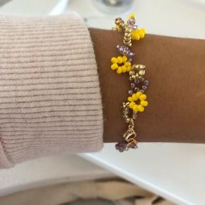 Perlearmbånd i frisk gul, lilla og guld.  💮 Prisen er inkl Porto