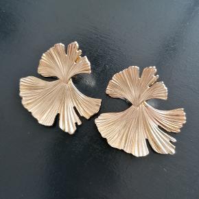 Guldbelagte øreringe fra AndCopenhagen.  Udgået model.  Sælges kun som sæt. Længde: 4,5 cm Bredde: 4,5 cm Aldrig brugt.  Ørestikker. Nikkelfrie.  Kan afhentes i Esbjerg eller sendes. Angivet pris er excl. fragt.