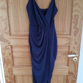 Sælger min Lancier (galla) kjole fra nelly Super fin, går lige til under knæene, asymetrisk cut, sidder tæt Brugt 1 gang