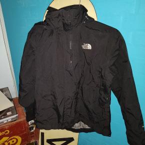 The North Face jakke. Den er næsten ikke brugt, da jeg købte den for lille. Så den kunne godt bruge ny ejer :D  - jeg sælger ud i tøjskabet, så tag et kig på min side og se om der er andet du kan bruge xD