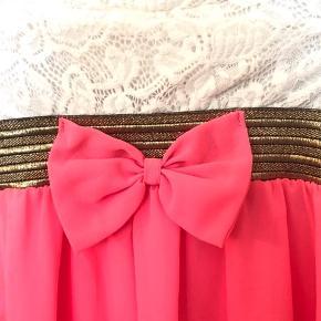 Super smuk stropløs fest kjole, aldrig brugt da min datter ikke kunne passe den  Der str 12 år i mærket men kjolen er lille og passer bedre 8-10 år 134/140   K8  Der medfølger stropper hvis man foretrækker, smuk og flot