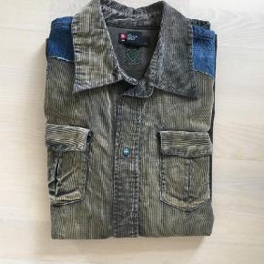 Varetype: Langærmet Farve: Army Oprindelig købspris: 3000 kr.  Diesel vintage skjorte  Ca 18 år gl.  Lavet som limited edition - kun få af samme skjorte er lavet..  Ny pris 3000 kr