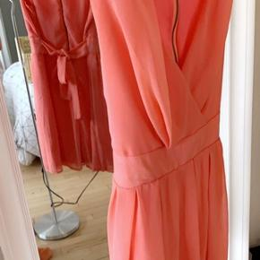 Koral farvet kjole købt i London  Lukkes med lynlås bagpå   Aldrig brugt  Str. Small   Kan hentes på Frederiksberg :-)
