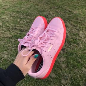 Adidas Sleek sko 🍒 Kun brugt 1 aften. De har den vildeste farve, og er fantastiske til at putte lidt farve ind i hverdagen.