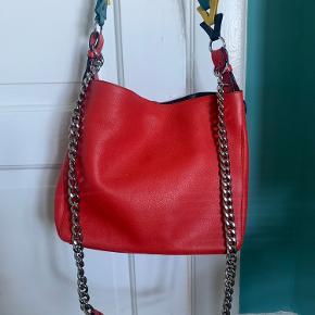 Smukkeste taske fra Loewe i det blødeste læder. 2 remme (kæde og læder), de kan tages af. Dustbag medfølger. I flot stand, men brugt.   MP 2200kr  Skriv for flere billeder 😊