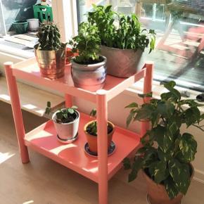 Pastel/lakse lyserød  Mål: b:46 l:66 h:70 cm Har almindelig brugspor, se billeder. Meget robust og fedt møbel, har selv brugt det til planter. Men det kan bruges det alt muligt 👍🏻