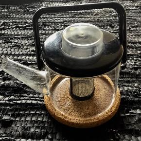 Fra BODUM :  Fin, lille the kande med udtageligt filter. Bordskåner i kork. Hårdt plastic låg og håndtag.