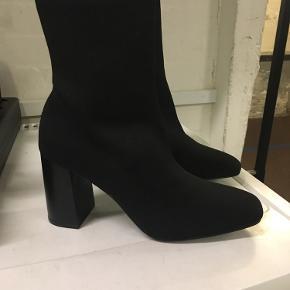 Helt nye bianco sko i str 39. Prøvet på et pat gange men passer ikke på mine fødder.