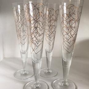 Champagneglas Rurik Mahlberg m guldhjerter på. Fin stand fejler intet. Sælges samlet 4 stk for 400kr Afhentes på Frb.
