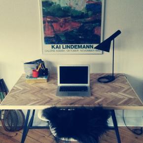 Obs kan leveres gratis i KBH.  Lækkert nylavet sildebensbord udført i ege-parket. Måler 120x80 cm. Pris uden bukke.