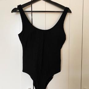 Super fin badedragt fra H&M. Sælges da jeg bedst kan lide at bruge bikini og denne var en hurtig løsning til da jeg skulle i Spa :) fejler ingenting. Billede nr. 2 er for at vise stoffets tekstur :)   #30dayssellout