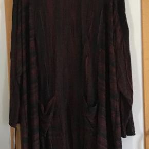 Ny lækker lang tunika \ kort kjole. Måler fra ærmegab til ærmegab 81 cm. Længden 100 cm. Sort, Bordeaux  Den er str 4 XL. 2 forlommer. Viscose, polyester.