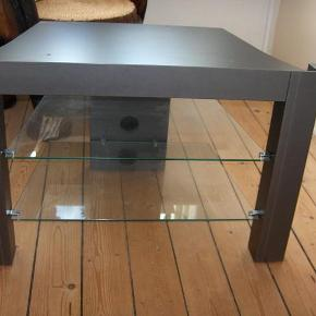 Brand: Ide Møbler Varetype: TV bord Størrelse: se billed Farve: se billed  TV bord med 2 glasplader. Det er købt hos Ide Møbler. Kom med et bud. Det kan evt. leveres.  Bytter ikke.
