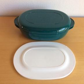 Varetype: Micro Plus Oval 1,5 L Størrelse: 1.5 L Farve: Grøn Oprindelig købspris: 399 kr.  Der medfølger et hvidt blødt låg, som IKKE må komme i mikroovnen, men kun er til opbevaring.