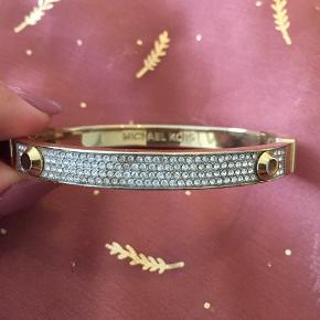 Smukt og elegant Michael Kors guld armring besat med små glimtende cubic zirkonia sten sælges ✨