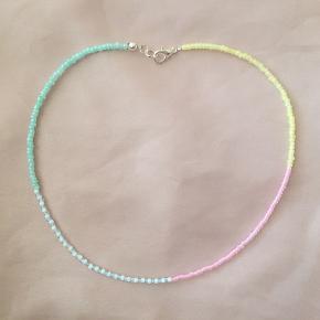 Perle-choker i pastelfarver.  Kan også sendes med postnord for 10 kr. Tager ikke flere billeder ❤️  Tjek også mine mange andre annoncer med håndlavede smykker på min profil 🥰