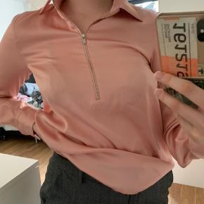 Dejlig arket zip satin skjorte. Har været så glad for den. Man kan style den på mange måder.  SENDER I DAG! #30dayssellout