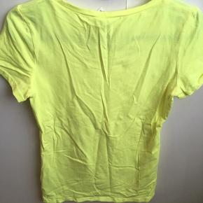 Brystvidden: 72cm  Gul t-shirt fra H&M🌸 Brugt en gang🌸 Det er svært at vise på billedet men t-shirten er neon gul🌸