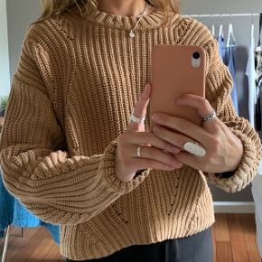 Beige/brun sweater fra H&M. Brugt i et par måneder, og er blevet vasket max 10 gange. Ingen pletter, huller eller lign. Lidt stor i størrelsen vil jeg sige, passer også s.  Skriv endelig hvis i har spørgsmål eller vil se flere billeder! :)  🚬❌🐈 RØG OG PELSFRIT HJEM